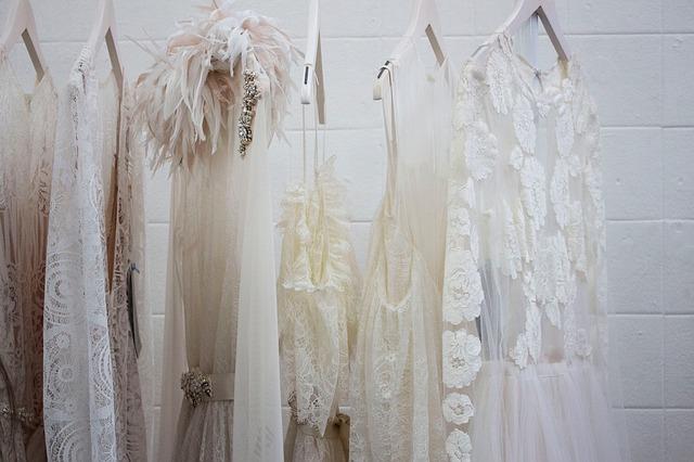 bílé šaty ve skříni.jpg