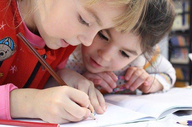 zvídaví školáčci