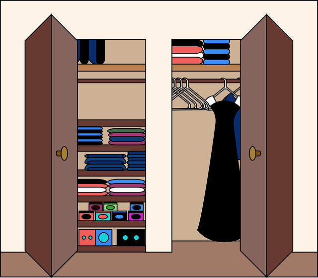 skříň se skládacími dveřmi