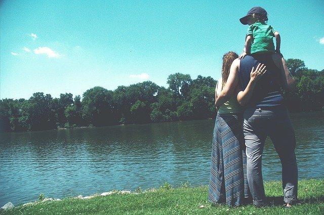 rodina u jezera